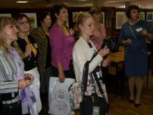 """О.Е. Даулетбаева, зам.директора по организации библиотечного обслуживания детей и подростков МКУК г. Торжка """"ЦБС"""" проводит экскурсию по залам детской библиотеки"""